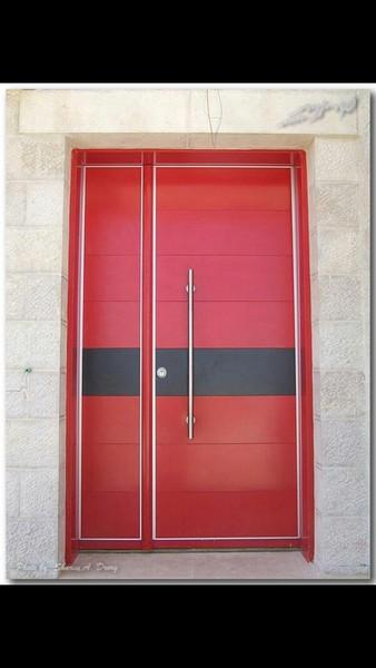 שילוב בין דלת בצבע כהה לקיר חצוני בהיר