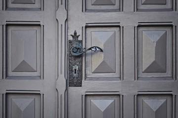 ארבעה אלמנטים לשילוב בדלתות פנים שישדרגו כל כניסה